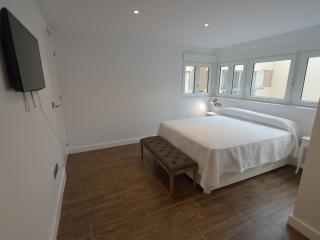 Dormitorio principal con frontal ventanas y vestidor