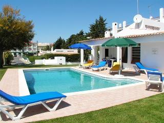 Villa Pomba 15' walk to the beach and 2 to Strip, Albufeira