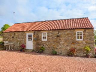 ERICA'S 'EAVEN, detached stone barn conversion, king-size double, pet-friendly, walks from the door, Kirkbymoorside, Ref 929845
