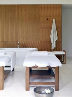 Arnalaya Beach House - Spa massage bed