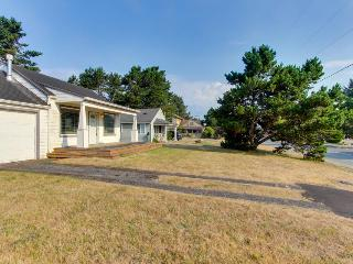 Lakeview, family-friendly home - just a block from Sunset Beach access!, Warrenton