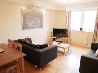 2 Bed Portered Apartment in Kilburn with Pool and Gym, London