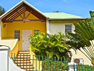 LE SOURCE VILLA... charming, affordable family villa by great beach!, Orient Bay