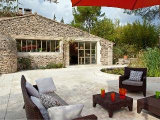 Villa with Pool and Guest House Walking Distance to Village - Maison Sofie, Eygalières