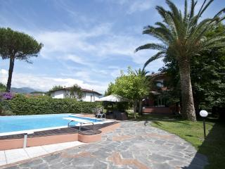 Family-Friendly Villa with Pool Near Beach in Forte dei Marmi - Villa Carmela