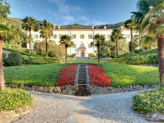 Villa Passalacqua: a renowned and distinguished villa with lavish gardens!