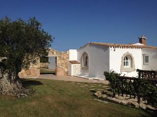 Charming Sardinian Villa Overlooking the Sea and Walking Distance to Town - Vill