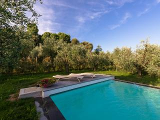 Hillside Farmhouse Near Lucca with Pool and Panoramic Views - Casa Linda, San Pietro in Campo