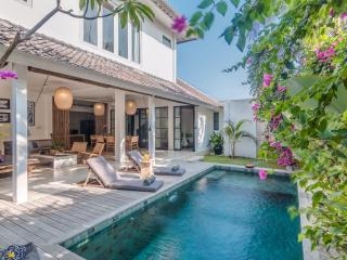 3 Bedroom Villa Near Restaurants & Beach in Oberoi, Seminyak