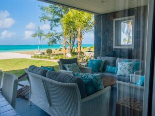 Summer Breeze: 3 bedroom Beachfront Apartment, Pointe d'Esny