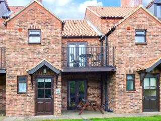 MAPLEBECK, pet friendly, with a garden in Whitby, Ref 1684