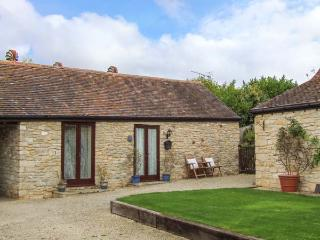 CIDER BARN COTTAGE, romantic cottage, countryside, parking, walks and cycling, B