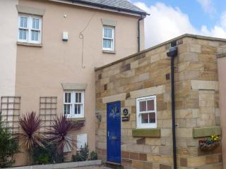 RAZORBILL COTTAGE, mews property, en-suite, balcony, parking, courtyard, in Whitby, Ref 927064