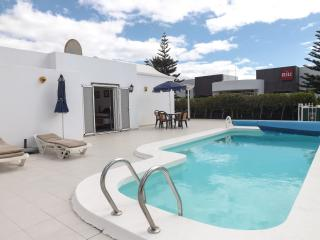 Casa del Rio-2bed villa with wifi & hot tub, Puerto Del Carmen