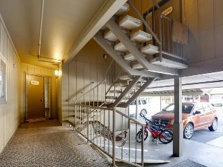 Stylish mountain condo w/on-site golf & private balcony!