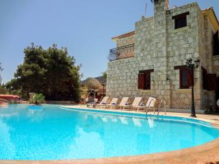 Stonebuilt 4 bed luxury villa,stunning views,pool, Argaka