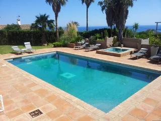 5 bed 4 bath villa, pool, bar, jacuzzi, sea views, Puerto de la Duquesa