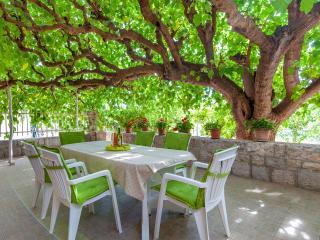 House Maric with large terrace near the beach, Split