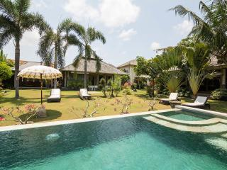 Enchanting ,eclectic ,peaceful Villa in compound, Kerobokan