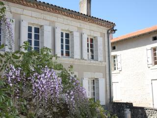 School House Gites{Upper S-House}walk to Aubeterre, holiday rental in Chenaud