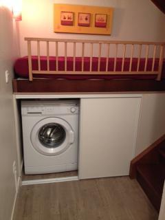 L'alcove, lit 1 personne; lave linge et congélateur.