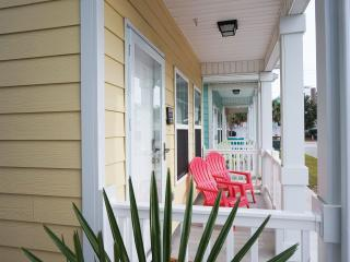 BEAUTIFUl BEACH STYLE COTTAGE, ONE BLOCK TO BEACH