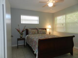 Cute apartment less than 1 block to beach, Vero Beach