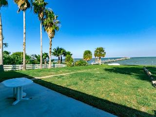 Classic 4BR Beach House with Private Pier & Beach, Rockport