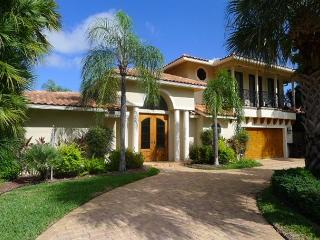 Waterfront Luxury 5 Bedroom Vacation Home | Private Pool | Walk to Beach, Fort Lauderdale