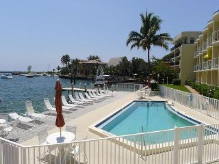 Luxurious Ocean View Romantic 1 Bedroom Beach Vacation Condo on the Beach, Pompano Beach