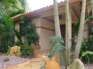 Elegant 3 Bedroom Private Vacation Home | Heated Pool & Spa | Close to Beach, Fort Lauderdale
