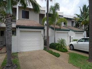 Affordable Luxury 2 Bedroom Family Vacation Townhome | Steps to the Beach, Fort Lauderdale