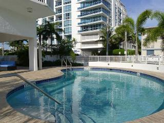 Modern 2 Bedroom Luxury Vacation Condo | Steps to Beach | Monthly Min. Rental, Fort Lauderdale