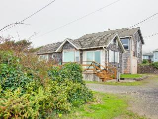 Festive oceanfront home with room for four guests + 2 dogs!, Rockaway Beach