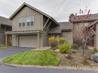 Luxury, dog-friendly condo with SHARC access & Village w/hot tub!, Sunriver