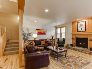 Luxury, dog-friendly condo with SHARC access & Village w/hot tub!