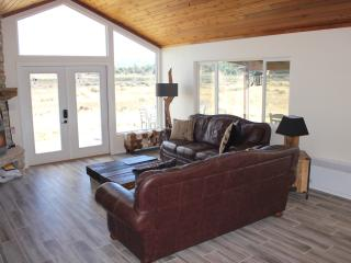 Living room with views of the river and the pink cliffs of Bryce Canyon