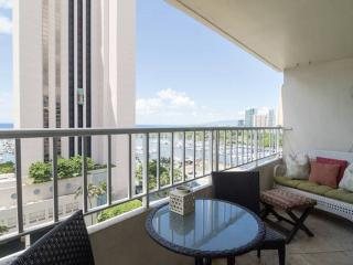 3 Bedroom w/ Oceanview!!! Across from Modern Hotel, Honolulu