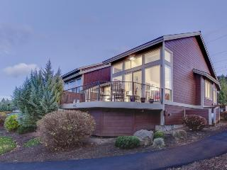 Mountain view condo with a balcony, golf on-site & shared pools and hot tubs!