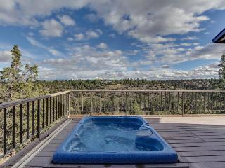Pet-friendly, private hot tub, access to resort amenities!, Redmond
