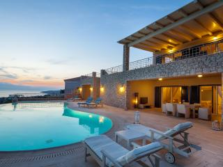Villa Angelico, amazing view, private pool, 5 bedrooms, free wifi and parking., Porto Heli