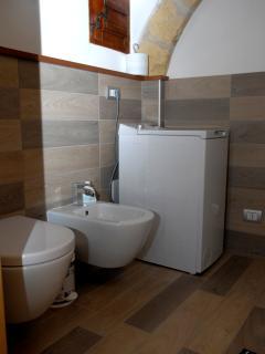 Bagno (Doccia, lavabo, wc, bidet, phon, lavatrice, scaldino elettrico).