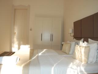 3 BEDROOM ,2 BATHROOM BALCONY APARTMENT NEXT OPERA HOUSE , AC, WIFI,FREE MINIBAR