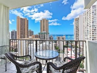 Relaxing Ocean Views and central A/C; 5 min. walk to beach. Sleeps 4., Honolulu
