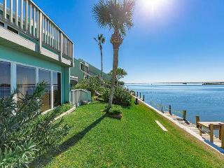 Sunny 2BR Condo with Bay Views in Corpus Christi