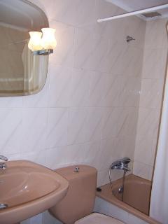 Baño completo en planta piso