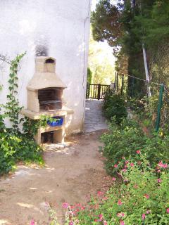Barbacoa en el jardín privado