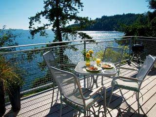 Beach~Waterfront ~NEW seaside decks~Kitchen~Sunny, Bowen Island