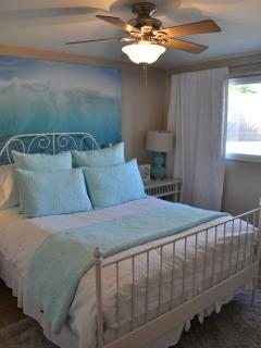 Downstairs guest bedroom w/amazing queen sized bed- relaxing beach theme