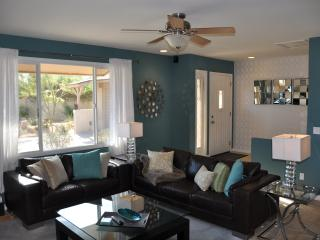5 Minutes to Old Town- Contemporary 4bd/2bth Home!, Scottsdale
